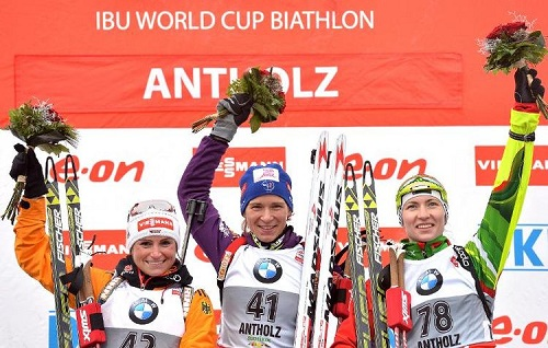 Anaïs Bescond (C) sur la plus haute marche du podium du sprint d'Antholz